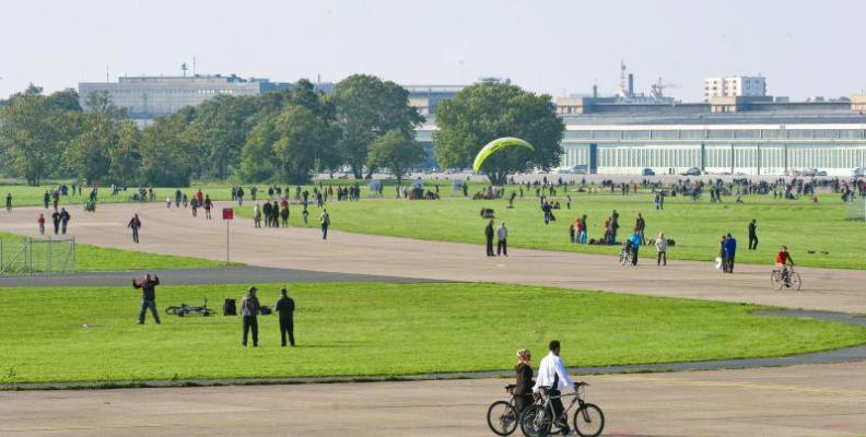 bbq on tempelhof feld park bbqs top10berlin. Black Bedroom Furniture Sets. Home Design Ideas
