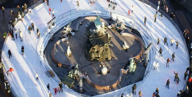 Foto: Eisbahn um den Neptunbrunnen