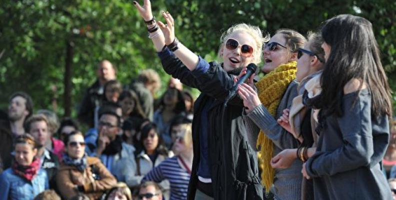 Photo: singing at Mauerpark