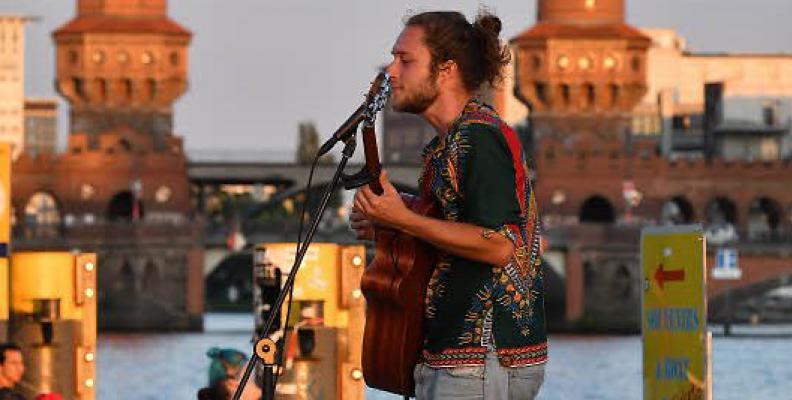 Photo: singer at Oberbaumbrücke