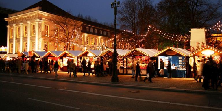 Foto: Nostalgischer Weihnachtsmarkt am Opernpalais